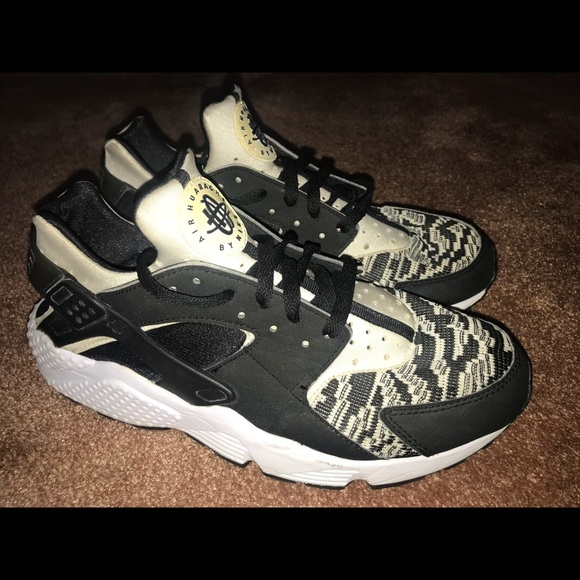 NIKE AIR HUARACHE KNIT WOVEN TRIPLE OUT ZEBRA. M 5b2d2fe68ad2f99d52d61419 55e1a2d54